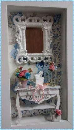 Encantador quadro cenário feminino, moldura caixa em mdf <br>pintura branca, fundo em decoupage com papel importado, <br>miniaturas em resina, aparadaro mdf recortado a laser com <br>acabamento em strass, espelho provençal, vasinhos com florzinhas importadas, rico em detalhes! <br>Ideal para decorar seu quarto, closet, lavabo, banheiro <br>*Produto artesanl sujeito a pequenas variações* <br>Exclusividade Atelier By Dreams!!!