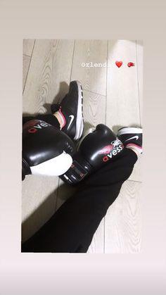 Boxing Girl, Women Boxing, Model Poses Photography, Body Photography, Best Teen Movies, Taekwondo Girl, Aesthetic Photography Grunge, Girl Hiding Face, Girly Images