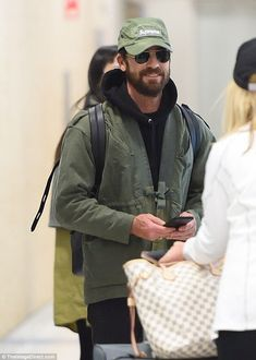 Justin Theroux was seen grinning as he landed at JFK on Monday. Men's Fashion, Fashion Outfits, Fashion Tips, Fashion Design, Paris Fashion, Street Fashion, Justin Theroux, Suit Shirts, All Smiles