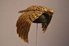 This vulture crown designed by Renié and worn by Elizabeth Taylor in Joseph L. Mankiewicz's Hollywood epic Cleopatra It's made from gilded leather – isn't it incredible. Egyptian Party, Egyptian Costume, Afrique Art, Cleopatra Costume, Cleopatra Headdress, Mode Costume, Egyptian Queen, Theatre Costumes, Golden Jewelry