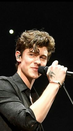 Wish I could be the one he smiles at during his concert one day Ed Sheeran, Aaliyah, Kids In Love, Shawn Mendes Memes, Mendes Army, Shawn Mendes Wallpaper, Shawn Mendez, Charlie Puth, Hot Boys