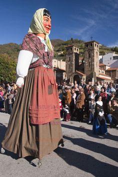 """El Día Grande, al que se asiste vestido con el traje tradicional asturiano, hay pasacalles, misa cantada, puya del ramo y un espectacular desfile de grupos folclóricos y musicales acompañados de las """"xandas"""" (grupos de personas que se unen para desfilar). Tras el desfile la gente se reúne en las casas y restaurantes para degustar la tradicional fabada y el típico postre allerano, el panchón."""