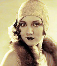 A beautiful woman with perfect Cupid's Bow lips.  Crinolines et Cie - Costumes et sorties historiques: Années 20 et 30