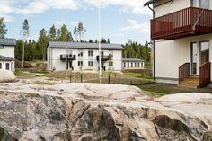 BoKlok homes in Vantaa, Finland Photo: Skanska Kodit Finland, Ikea, Garage Doors, Homes, Mansions, House Styles, Outdoor Decor, Home Decor, Houses