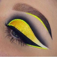 The incredible @doyouevenblend rocking #sugarpill Buttercupcake eyeshadow and Hi-Viz neon pigment! ✨✨
