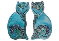 Katze-Skulptur aus Keramik (rechts) und in Türkis glasiert. Diese Keramik Katzen sind ein perfektes Geschenk für Katzenliebhaber und Bewunderer der Kunst. Unsere Katze Kunst ist geeignet für Innenräume und Außenbereich und machen ein Stück echtes Anweisung zu Ihnen nach Hause. Diese Katzen können an eine Wand Eingang, sitzen auf den Stufen oder Kamin Dekoration etc. gehängt werden. Diese Keramik Katzen sind im tiefen Relief mit der höchsten Qualität Steingut gefertigt. Unsere…