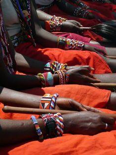 the patterns/designs.Jewelry worn by the Masai in Tanzania and Kenya Bijoux Masai, Masai Jewelry, Tribal Jewelry, Louise Bourgeois, Tribu Masai, Kenya, Masai Tribe, African Colors, Art Africain