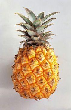 Nome científico: Ananas comosus Família: Bromeliaceae Nomes populares: Abacaxi, ananás Nome em inglês: Pineapple Origem: Continente Americano (Brasil e Paraguai) Fruta típica de países tropicais. É composto por betacaroteno, vitaminas A, B1, C e D potássio, magnésio, fósforo, cálcio, ferro e celulose. Auxilia na digestão, devido à presença de bromelina em sua composição (uma mistura de enzimas que desdobram proteínas, facilitando a digestão).