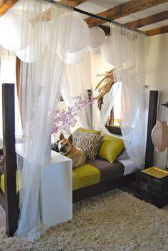 A reprendre : le lit encadré par des rideaux (mais mettre la table de chevet à l'intérieur), un tapis ou une moquette moelleuse en descente de lit, un ciel de lit romantique, un petit meuble au pied du lit