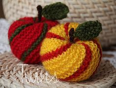 Twins' Knitting Pattern MiniShop: Striped Apple Ornament (In English and in Dutch) - here are directions to make a ball!