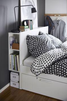 Een bad-slaapkamer heeft een bed nodig ;-) maar ook ruimte voor mijn badkamerspulletjes. Hier passen ze achter het bed.