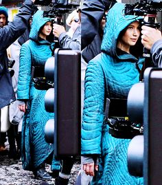 Jennifer on the set of Mockingjay! she is wearing a huge coat so I am guessing this is right after they leave Tigris's shop!