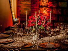 Clima aconchegante, velas e cores quentes. Veja como fazer uma decoração de casamento intimista, chic e com cores fortes, como o pink, marsala e verde