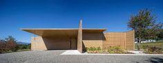坂茂建築設計 - 無垢杉之家 大家對坂茂的建築作品印象最深的可能是紙的建築。 不過這棟位於山梨縣北杜市小淵沢町、被美麗的北八岳和南阿爾卑斯山包圍的別墅「無垢杉の家」,將以往作品中常會出現的德國建築大師密斯凡德羅(Ludwig Mies van der Rohe)以混凝土和磚瓦為構造,創造出空間的連續景觀的概念,改以杉木無垢木的牆壁和天花板截取出各種不同的風景,牆不只是切割風景,也是住宅與周遭住家和道路的隱私區隔。 120mm的原木角材水平堆積的丸太組工法堆疊出縱橫交錯的簡潔壁面、地面與天花板。 無垢木的選擇,展現出了坂茂一貫講究的天然材質,而極簡的設計卻也讓人看到與以往風格截然不同的坂茂。 via 坂茂建築設計