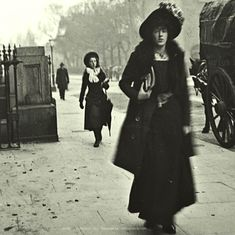 Amazing Street Style captured in Joyce's Dublin 1904 1900s Fashion, Edwardian Fashion, Edwardian Era, Vintage Pictures, Old Pictures, Old Photos, Ireland Pictures, Images Of Ireland, St Vincent Hospital