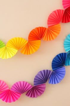 Rainbow Fan Garland {Easy DIY Party Decoration} - Ice Cream Off Paper PlatesRainbow fan garland that is so easy to make! You only need scissors, tape and paper to create this colorful DIY decoration for a rainbow theme party .Arts And Crafts StorageH Rainbow Fan, Rainbow Paper, Rainbow Theme, Rainbow Parties, Rainbow Birthday, Mason Jar Crafts, Mason Jar Diy, Diy Party Dekoration, Diy Papier