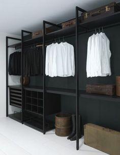 offener-kleiderschrank-schwarz-weiss-koffer-stiefel