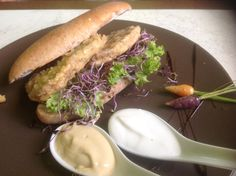 Bocata de Seitán casero entre pan de escanda eco. salsa veganesa y mostaza.