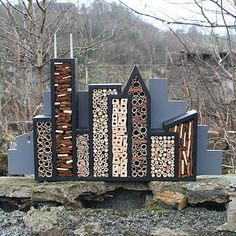 Bee hotel - so cool ! Beautiful species, bees and the environment z .- Bienenhotel – so cool ! Schöne Art, Bienen und die Umwelt zu unterstützen sup… Bee hotel – so cool ! Nice way to support bees and the environment support! Bug Hotel, Garden Cottage, Garden Art, Home And Garden, Garden Bugs, Garden Insects, Bee City, Mason Bees, Bee House