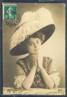QD026-FEMME-MODE-CHAPEAU-a-PLUMES-FASHION-LADY-FEATHER-HAT-PHOTO-DART