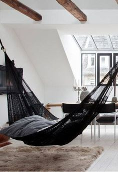 hangmat in huis; big black hamac in living room for hyper cozy seating Home Interior, Interior Architecture, Interior And Exterior, Decoration Inspiration, Interior Inspiration, Diy Decoration, Room Inspiration, Design Inspiration, Decor Ideas