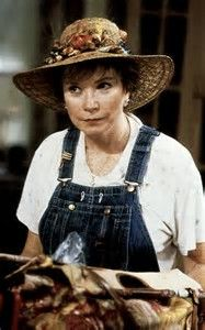 The QUEEN of wit and laughs. A true steel magnolia. 👒 She speaks her mind, that's for sure. Shirley Maclaine as Ouiser in Steel Magnolis . Southern Women, Southern Comfort, Southern Belle, Southern Charm, Steel Magnolias 1989, Ugly Outfits, Shirley Maclaine, Stark Sein, Weezer