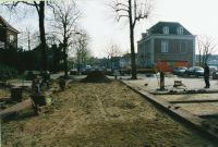 Wegwerkzaamheden aan de Speelheuvelstraat : het reconstrueren ervan en het aanleggen van nieuwe parkeerplaatsen, gezien in richting van het Wilhelminaplein. Met rechts op de foto Huize Hockers.