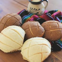 Mexican conchas is a delicious sweet bread that you can find anywhere in Mexico and which goes great with a delicious atole or hot chocolate Mexican Dessert Table, Mexican Dessert Recipes, Conchas Recipe, Mexican Bread, Delicious Desserts, Yummy Food, Chocolate Flavors, Hot Chocolate, Sweet Bread