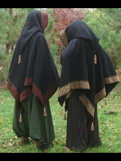The traditional tasseled cloaks with pointed hoods and pantaloons of Scandinavian wizards. - not sure if it would go with my garb, but they're wonderfully unique! Larp, Mode Alternative, Fantasy Costumes, Cosplay, Medieval Clothing, Medieval Fantasy, Medieval Gown, Character Outfits, Costume Design