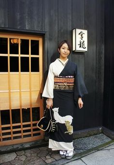 This young woman seems completely modern and hip, even in something as traditional as a kimono. Yukata Kimono, Kimono Japan, Okinawa, Traditional Japanese Kimono, Modern Kimono, Kimono Design, Costume, Japanese Outfits, Japanese Beauty