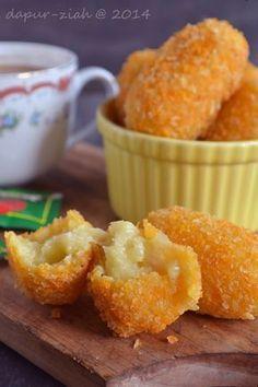dapur-ziah by mama'e Zie: Kroket Kentang Keju Rice Recipes, Cooking Recipes, Indonesian Food, Onion Rings, Lasagna, Breakfast Recipes, Muffin, Food And Drink, Potatoes