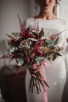 Los ramos de novia más bonitos para otoño e invierno - Foto 1 Mexican Wedding Decorations, Holiday Wedding Decor, Flower Bouquet Wedding, Floral Wedding, Our Wedding, Dream Wedding, Winter Bouquet, Wedding Styles, Flower Arrangements