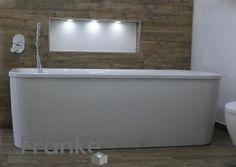 Ovale Badewanne mit Acrylschürze Format Design, eingearbeitet Ablage mit LED Licht. Wand- und Bodenfliesen in einer Holzoptik neu in unserer Ausstellung www.franke-raumwert.de #Badewanne #Acryl #Wandfliesen #Bodenfliesen #Holz