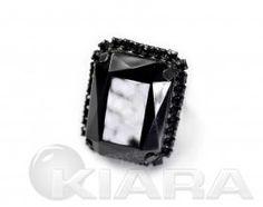 Klasyczny pierścień z Jablonexu, forma geometryczna, błyszczący duży kamień z błyszczącego szlifowanego kryształu, otoczony drobnymi kryształowymi oczkami oprawione w metal. Regulowana obrączka do założenia na dowolny palec. Swarovski