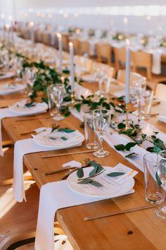 Minimalist Wedding Reception, Modern Minimalist Wedding, Wedding Reception Tables, Wedding Table Settings, Wedding Table Centerpieces, Modern Wedding Ideas, Best Wedding Ideas, Wedding Reception Table Decorations, Neutral Wedding Decor