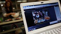 Lo último en ocio on line: 'Comerse con los ojos' a una chica bonita mientras almuerza