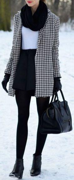 Czarne spodnie, płaszcz, zima