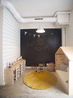 Pared pizarra y banco de madera para dibujar y pintar... ESA alfombra y esos colores sobre el cemento alisado gris es lo mas!