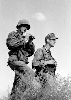 Two Waffen-SS observing enemy positions somewhere on the Eastern Front, summer German Soldiers Ww2, German Army, Military Art, Military History, Luftwaffe, Germany Ww2, German Uniforms, Ww2 Photos, War Dogs