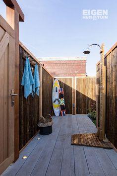 Een ontspannen douche neem je eigenlijk altijd in de badkamer. maar wist je dat douchen in de tuin ook heel fijn kan zijn? Helemaal in de zomer kan het heerlijk zijn om af te koelen onder een buitendouche. Met dit stappenplan maak je er een zelf! | DIY: a outdoor shower! | #ehet #eigenhuisentuin #styling #decoratie #decoration #inspiratie #inspiration #interior #interieur #homedesign #homedecoration #moderninterior #moderninterieur #interiordesignideas #interiordecor | Eigen Huis & Tuin Garden Inspiration, Interior And Exterior, Bamboo, Surfboard, Sweet Home, Home And Garden, Backyard, Diys, House