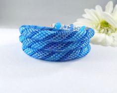 Olas de azul reborde pulsera por DebsArtisanJewelry en Etsy