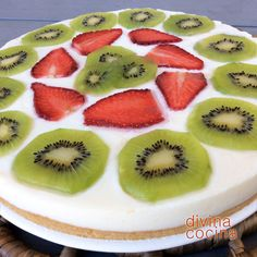 Esta receta de tarta de yogur es muy sencilla, sin horno ni complicaciones, y puedes jugar con los sabores en la decoración. Nosotros hemos puesto kiwi y fresas, pero puedes poner piña, melocotón... o galleta molida, miel, mermelada de higos... a tu gusto. Sweet Recipes, Cake Recipes, Deli Food, Crazy Cakes, Yogurt Recipes, Food Hacks, Nutella, Sweet Tooth, Cheesecake