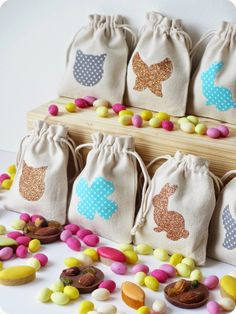 DIY / Tuto : Sachets en tissu customisés pour Pâques avec des motifs lapin/chat/trèfle/papillon à télécharger sur www.tadaam.fr (Easter DIY : little fabric bags customized with rabbit/cat/butterfly/clover patterns printable on www.tadaam.fr)