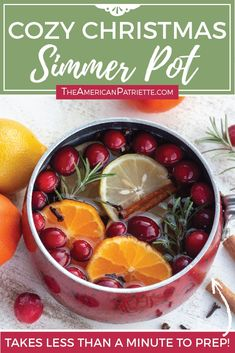 This easy DIY Christmas simmer pot recipe is such a simple way to make your house smell amazing for the holidays! You'll love this easy stovetop potpourri! Stove Top Potpourri, Simmering Potpourri, Potpourri Recipes, Christmas On A Budget, Diy Christmas, Christmas Smells, Outside Christmas Decorations, House Smell Good, Pallet Christmas Tree