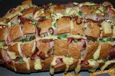 zapekaný peceň  POTREBNÉ PRÍSADY  1 peceň chleba vcelku, tvrdý syr nakrájaný na plátky, šunka, saláma, jarná cibuľa, príp. to, čo máme radi - vynikajúco sa hodí aj plátková oravská slanina