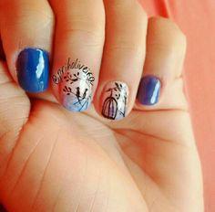 Unhas azuis, com desenho feito a mão de pássaros e gaiola.