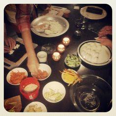 Maki-rullat valmistumassa.  http://instagram.com/kallionkirjasto #kokkikerho #sushi #kallionkirjasto #kallio #ilo