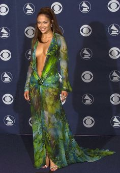 Jennifer Lopez breaks the internet as she storms the Versace Milan Fashion Week Runway Jennifer Lopez Ropa, Jennifer Lopez Green Dress, Jennifer Lopez Outfits, American Music Awards 2014, Donatella Versace, Donna Karan, Bold Fashion, Fashion News, Naomi Campbell