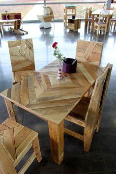 Table et chaises en palettes recyclées. ~ ღ Skuwandi - Wooden Pallet Projects, Wooden Pallet Furniture, Crate Furniture, Furniture Projects, Rustic Furniture, Wood Pallets, Furniture Sets, Recycled Pallets, Pallet Ideas