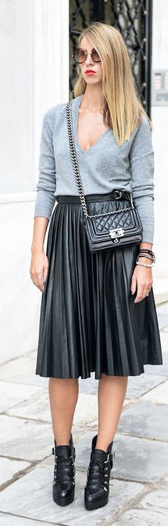Shiny Black Pleated Midi Skirt try this with black top moda tan cleared sole boots Black Pleated Midi Skirt, Leather Midi Skirt, Pleated Skirts, Full Skirt Outfit, Skirt Outfits, Cute Outfits, Style Work, Look Formal, Business Outfit